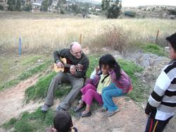 Pierre_cantando_con_los_niños