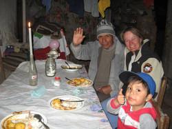 Anita_comiendo_con_familia_de_un_n_iños_de_la_escuela_despues_de_enseñar_ingles_en_la_comunidad_de_I