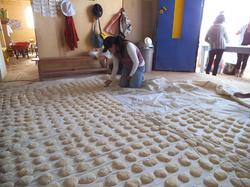 Sara ordenando la masa de los panes antes de ser horneados