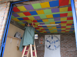 voluntaria pintando salon de clases