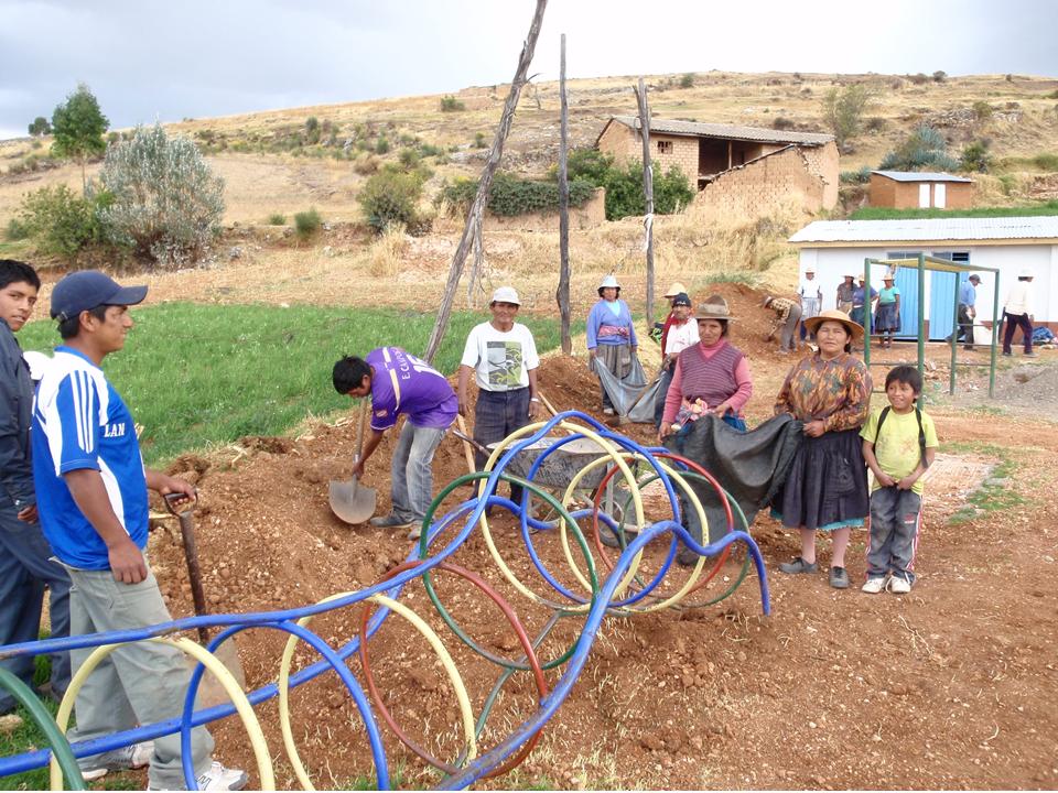 comunidad_trabajando_en_equipo__para_construccion_de_baños
