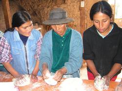 madres haciendo pana con voluntarios