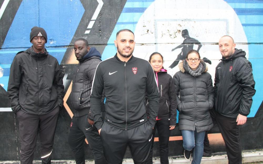Torcy, quartier de l'Arche Guédon, ce vendredi. Abdeltarek Sakali (au centre, devant plusieurs membres de l'association), capitaine de l'équipe de futsal, est l'un des symboles du mélange entre le sport et le social au sein de l'association Evasion Urbaine. (LP/C L-E.)
