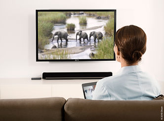 Oticon_Connectivity_TV_Woman_Width200mm_