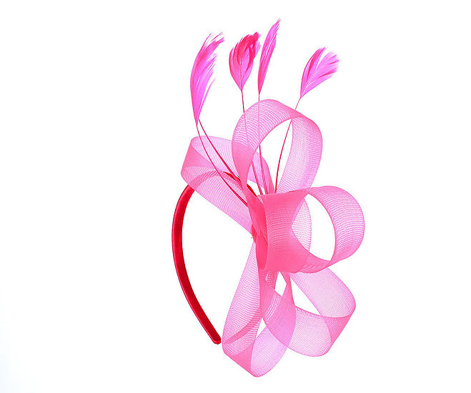 En-Vie™ jewellery This stunning Fuschia fascinator features a beautiful feather and ribbon bow on the band.
