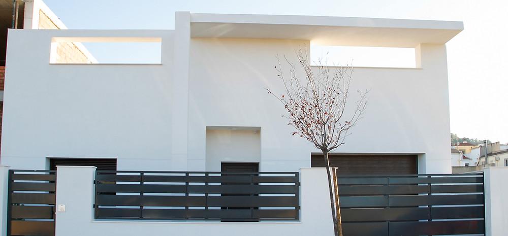 """Fachada de la vivienda en la zona de """"Los Rosales"""" creada por Madmaq Studio Arquitectos en Yecla"""