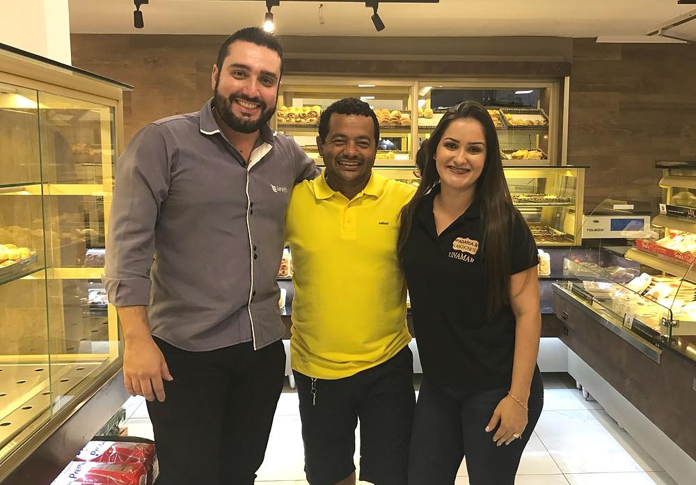 A foto registra o Consultor Diogo Pessamílio ladeado pelos proprietários Júnior e Camila Dimas
