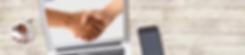 בתמונה לחיצת ידיים במסך של לפטופ