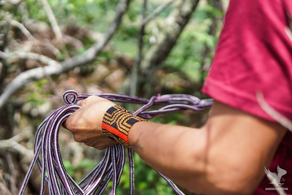 Mãos de waxamani mehinako com cordas