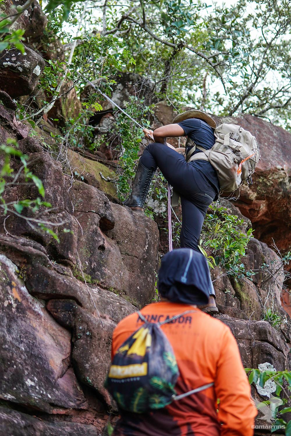 Henrique Martins desce de corda em busca do mirante da serra do roncador