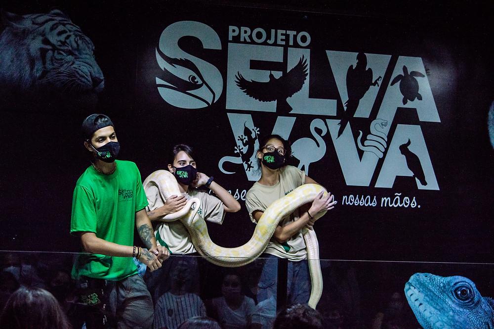 Biólogos do projeto selva viva mostram cobra pithon durante aula de educação ambiental.