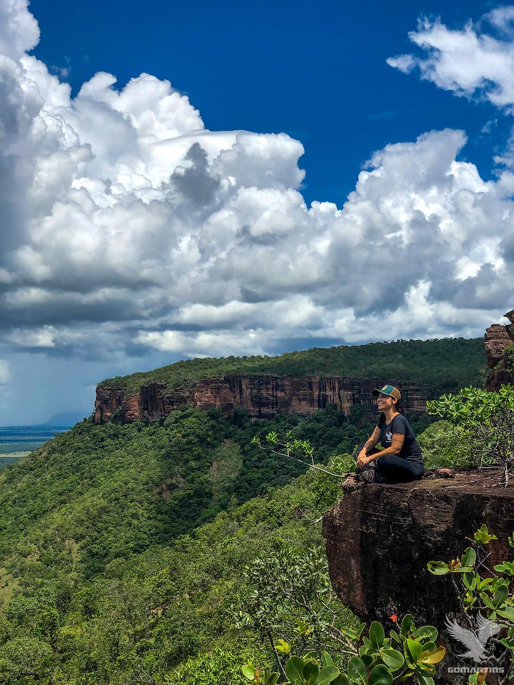 Alice Morais aprecia a vista do mirante Villas-Boas na Serra do Roncador