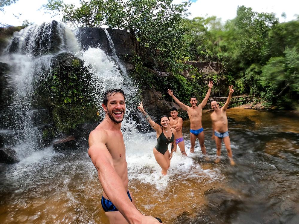 Após muita trilha a equipe se refresca na cachoeira do Parque da Serra Azul