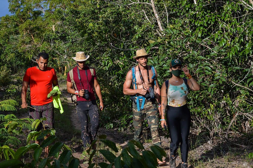 Equipe em busca do fervedouro desaparecido.