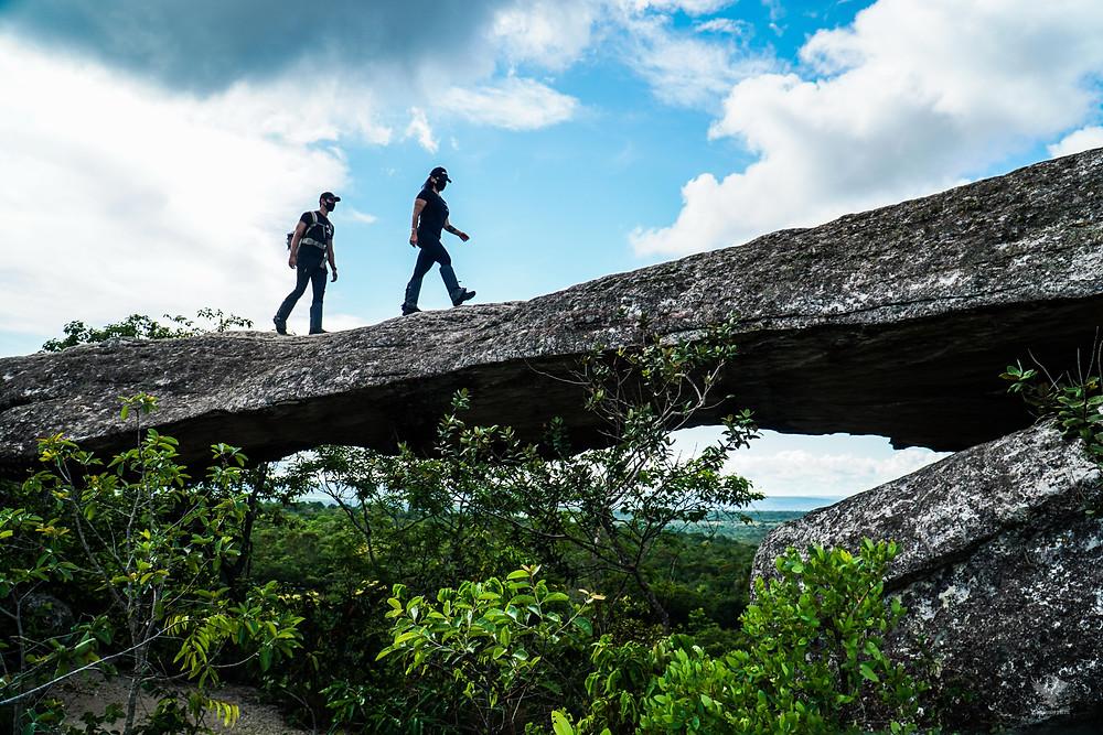 GoMartins atravessa ponte de pedra na chapada dos guimarães