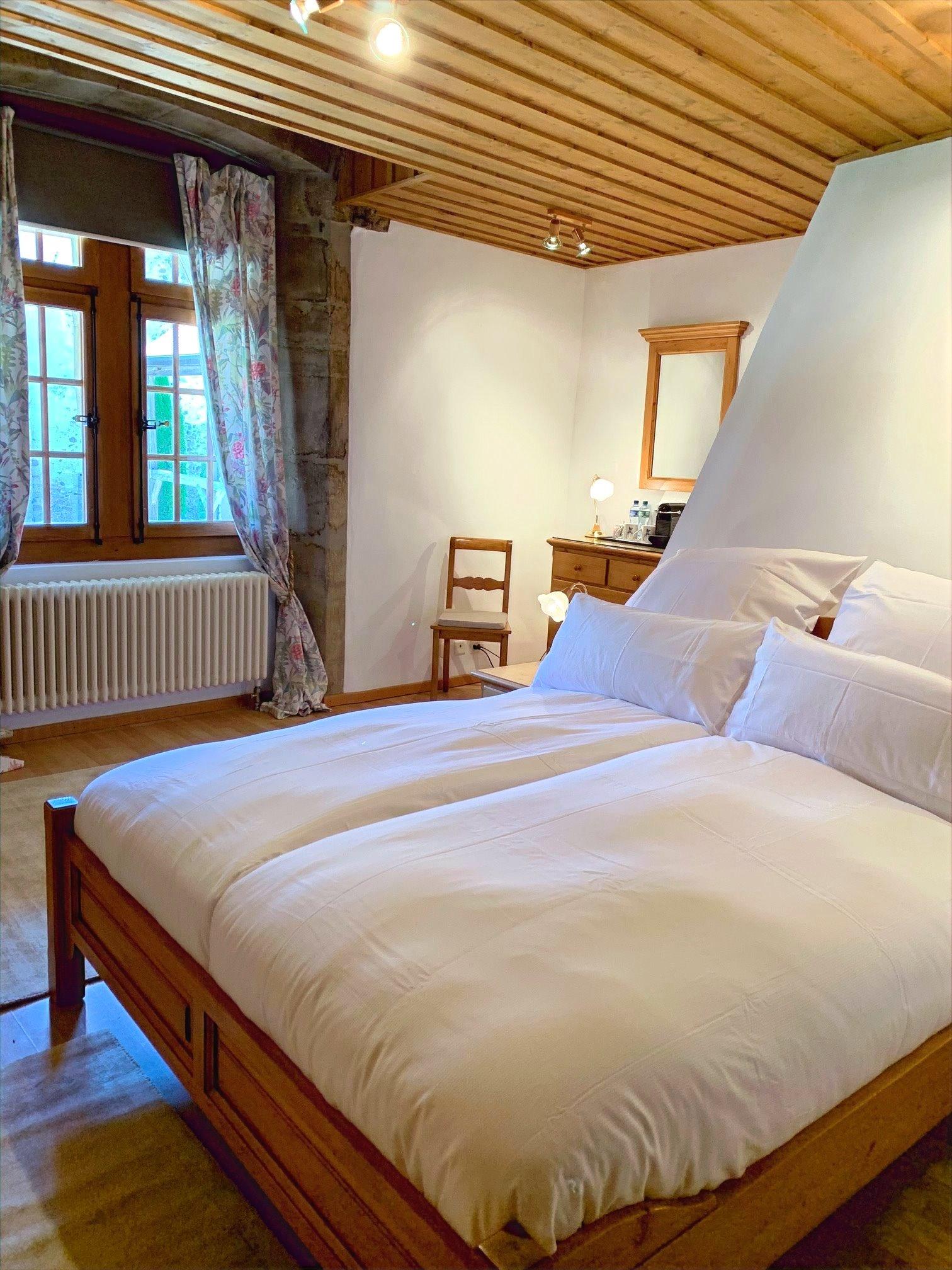 chambre  à grand lit