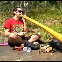 20h50 Apresentação musical de didgeridoo com Raphael Franco.