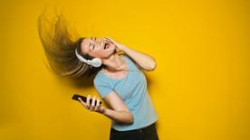 Neden Bazı Şarkılar Aklımızda Kontrolsüzce Çalıyor?