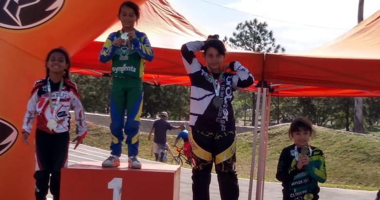 Jovem de Holambra se mantém entre as três melhores no bicicross
