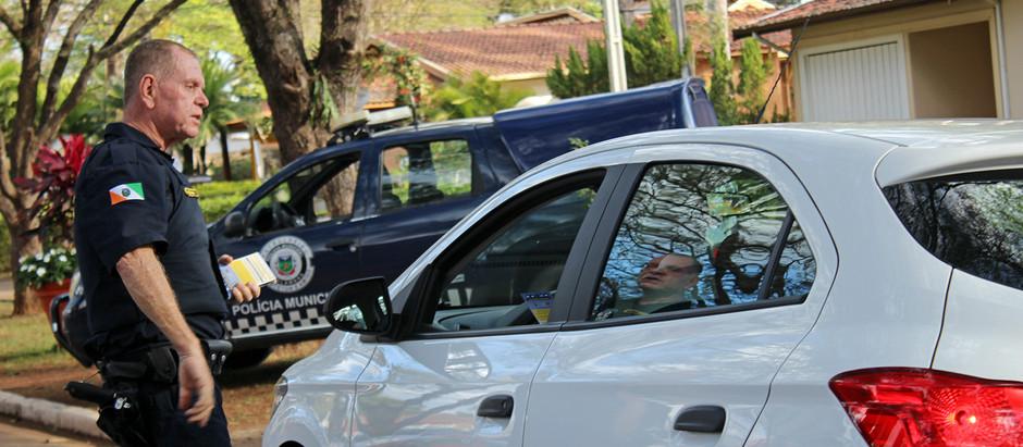 Policiais realizam ação de conscientização de moradores sobre combate ao crime