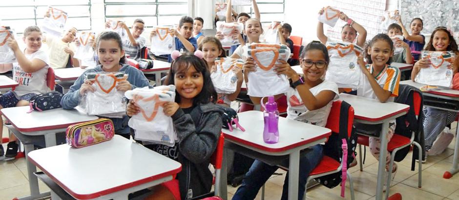 2 mil alunos da rede Municipal de Holambra recebem uniformes escolares