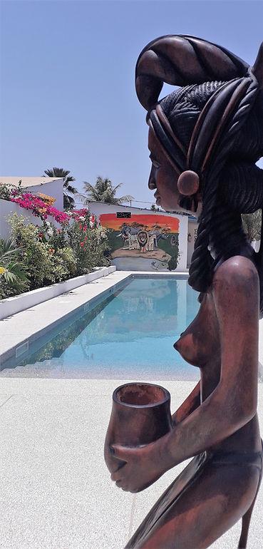 la piscine et statue