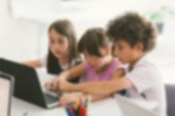 プログラミングの宿題を検討する生徒たち