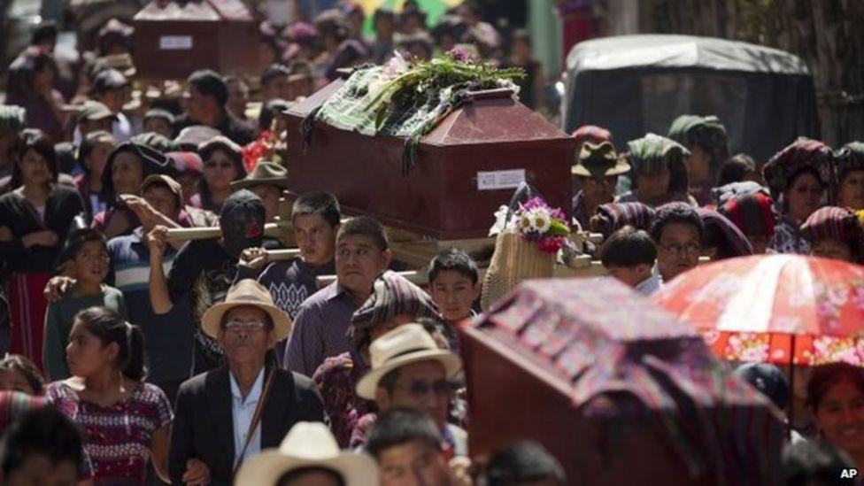 Bir cenaze töreni, insanlar tabutları taşıyor.