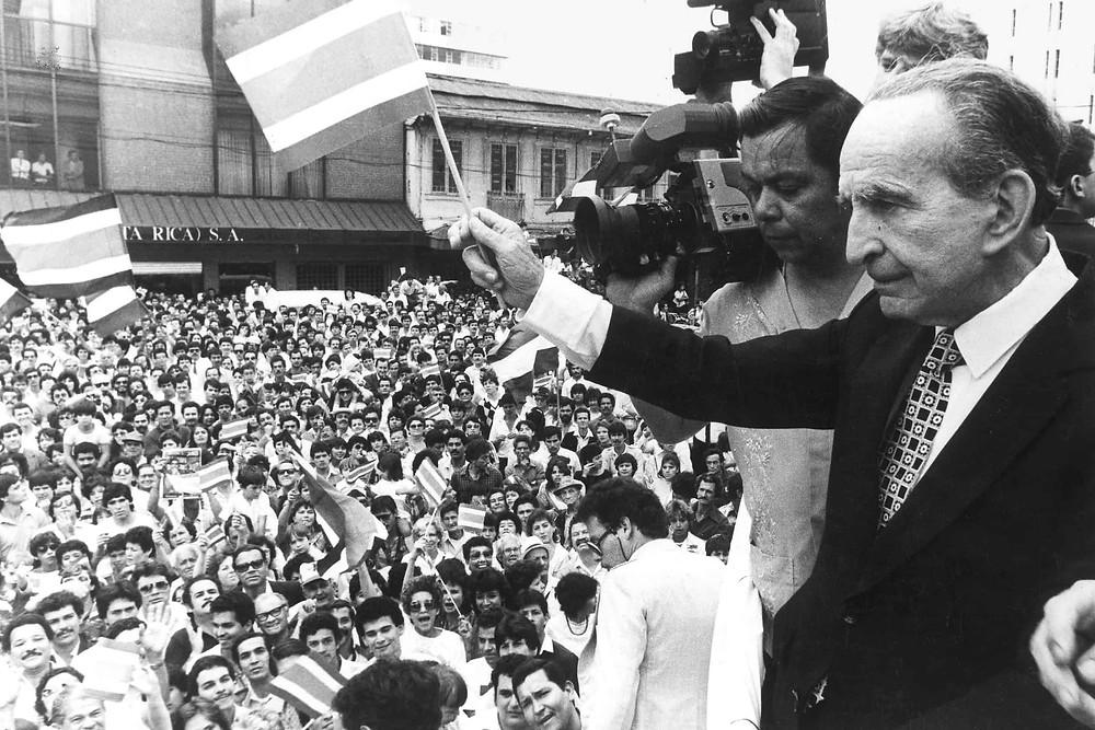 Kutlama yapan halka karşı bayrak sallayan devlet başkanı.