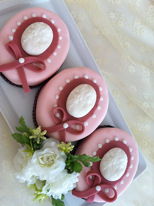 Marie Antoinette Cameo Mini Cake