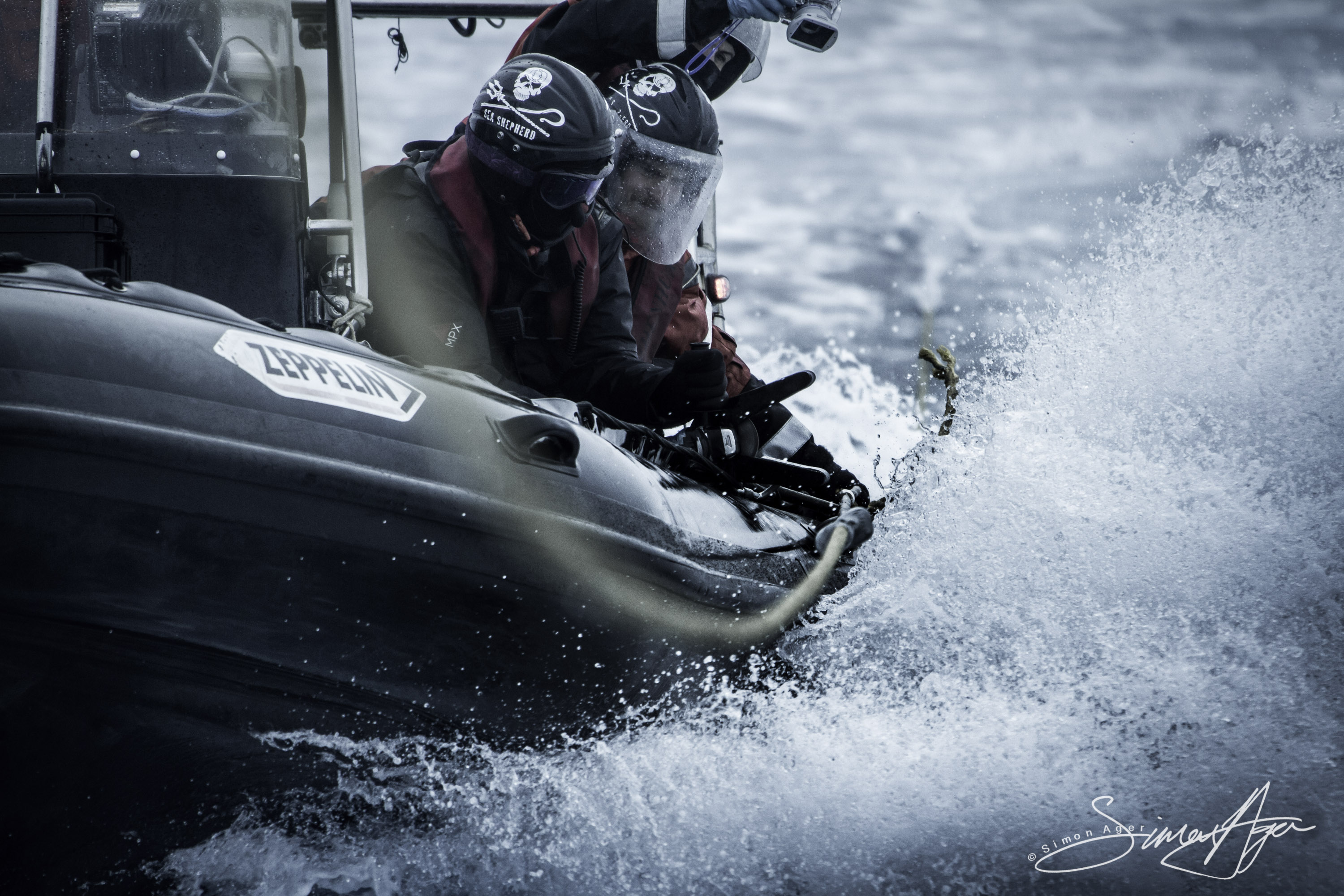 140215-SA-BB-small-boat-Hunter-attempts-cutting-defensive-trailing-line-cable-using-grinder-IMG_6649