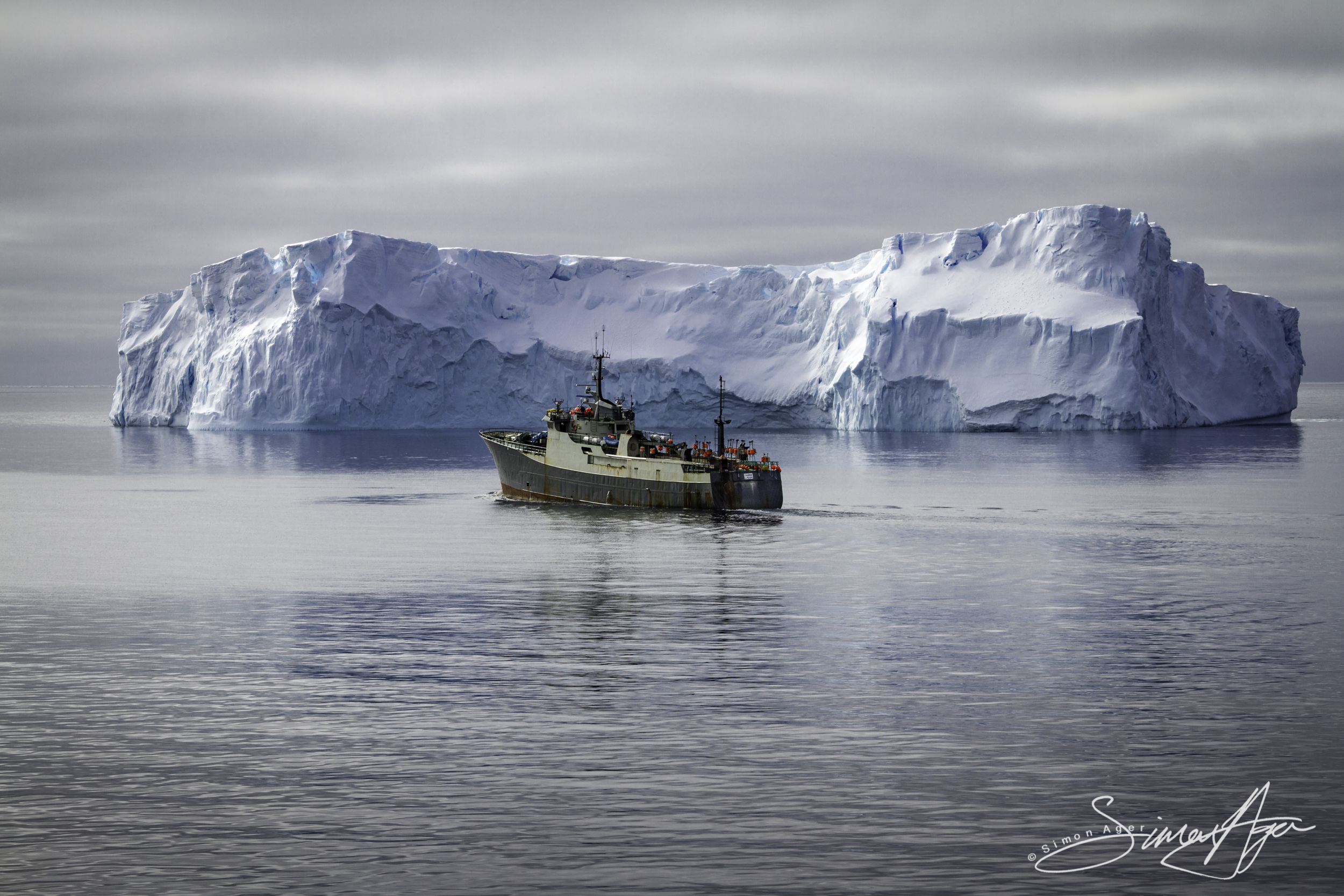 141218-SA-Bob-Barker-pursues-poaching-vessel-Thunder-towards-icebergs-0223