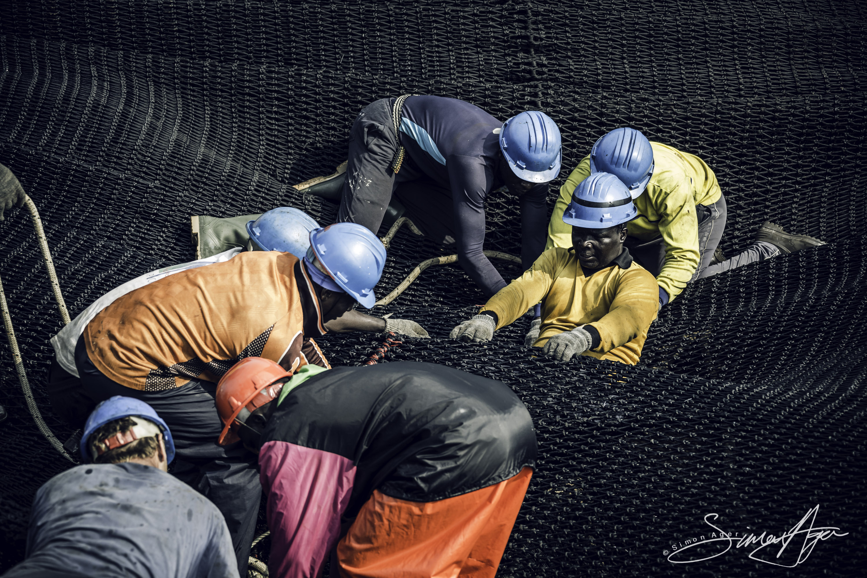160602-SA-Zuberoa-deckhands-work-to-secure-nets-as-they-are-hauled-in--3