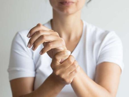 5 exercícios que previnem dores na mão pelo uso de celulares