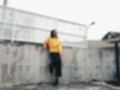 Frau mit gelber Strickjacke