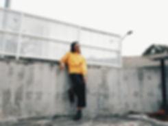Femme avec pull jaune
