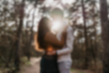 love fotoshoot bos natuur zonsondergang koppel liefde knuffel kus yourmoments