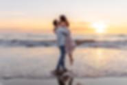 Love koppel fotoshoot strand zonsonderga