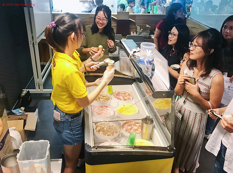 Ice cream scoop live stations