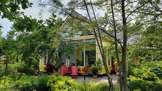 Projet de rénovation et d'agrandissement d'envergure proposant une vue généreuse du jardin. Une structure en bcfir apparent a été utilisé pour s'agencer avec la maison centenaire existante.