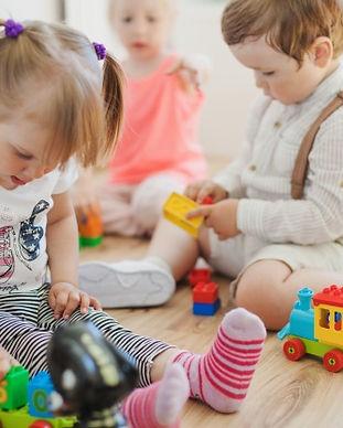 criancas-na-sala-de-jogos-no-chao_23-214