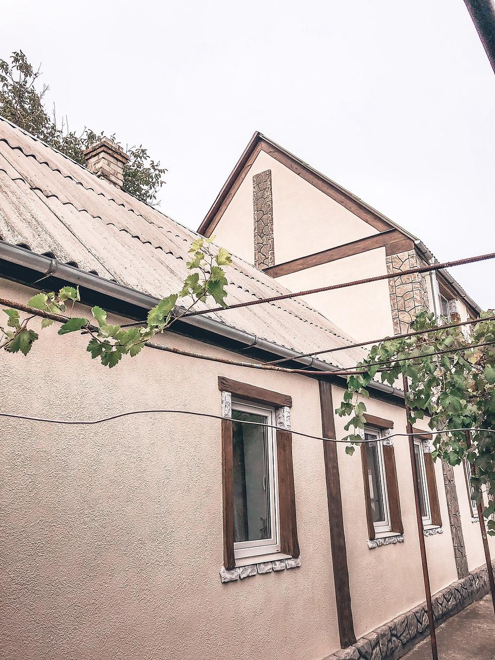 Dyada Oleg and Tyota Elena's dacha - grapes and all!