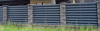 забор горизонтальный из евроштакетника.j