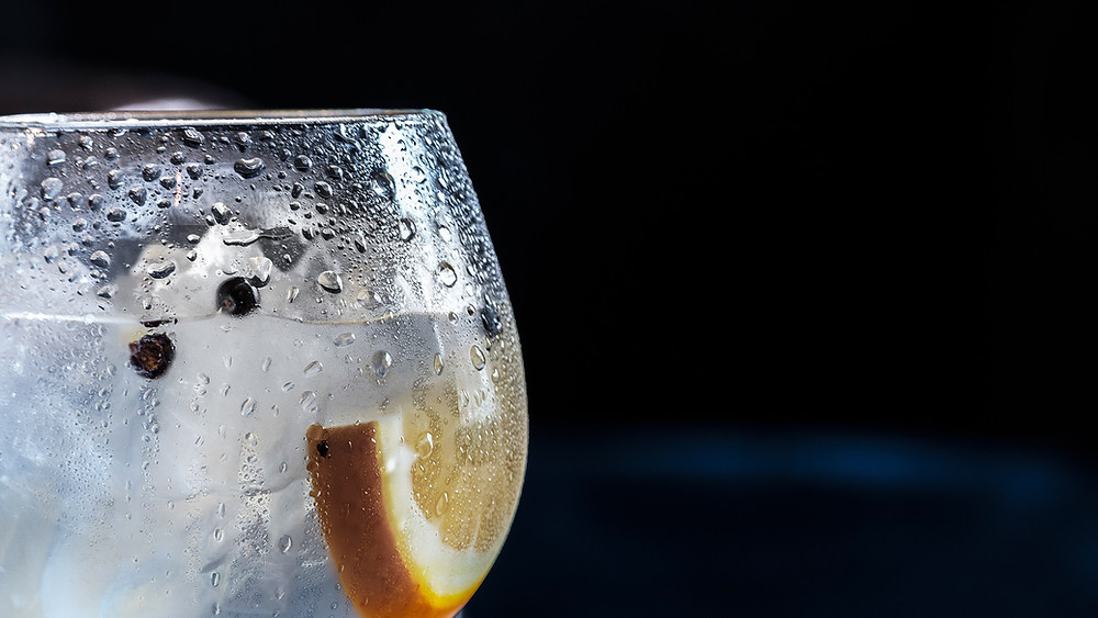 Sparkling water with fruit slice