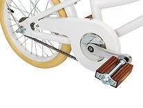 Banwood-White-Bike-Close-up-of-pedal.jpg