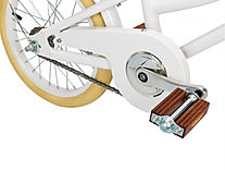 Banwood-White-Bike-Close-up-of-pedal.jpg