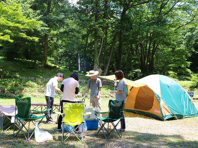 鷹の巣キャンプ場_テントまわり横4人.jpg