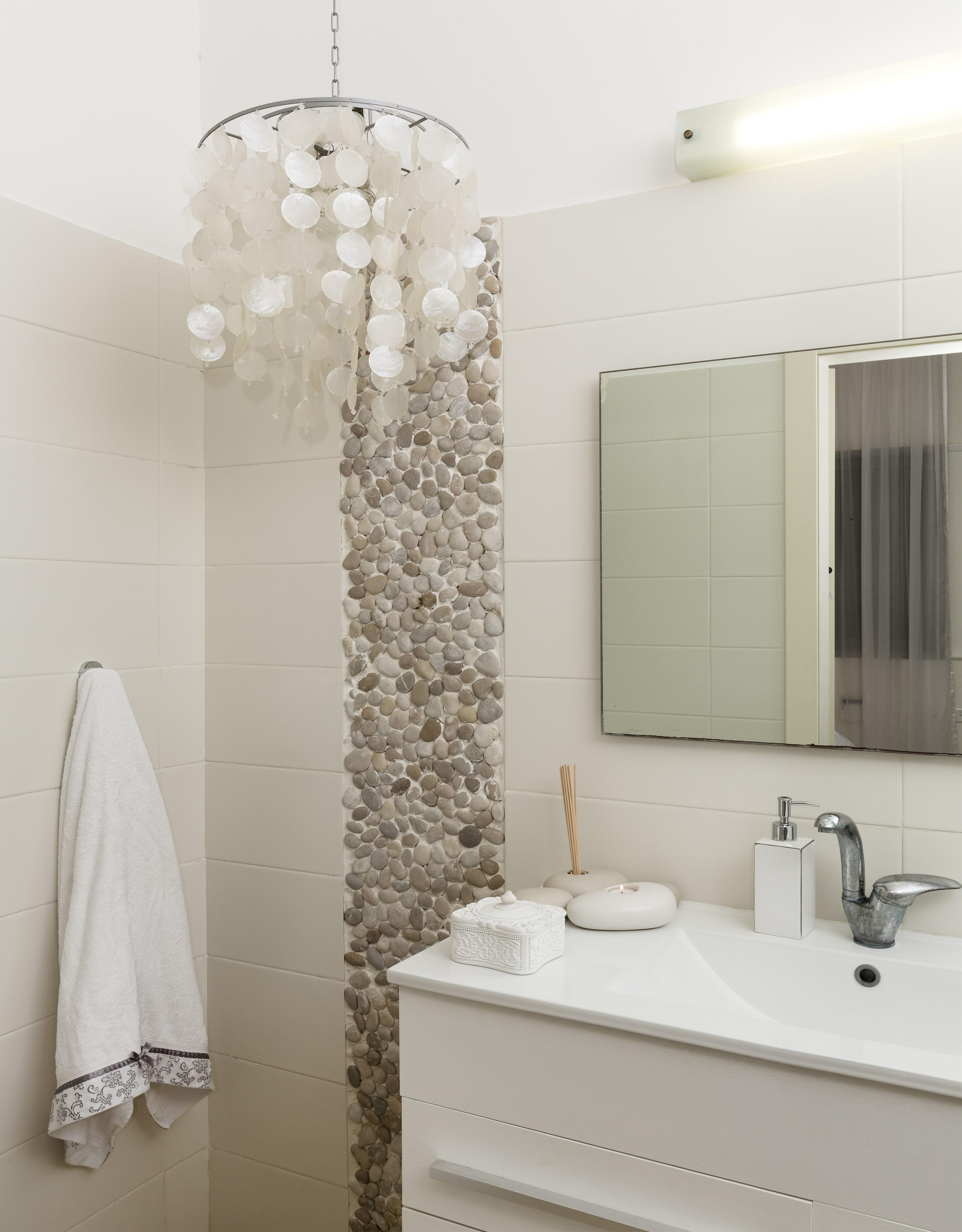 במקלחת הורים-גוף תאורה עם נוכחות.
