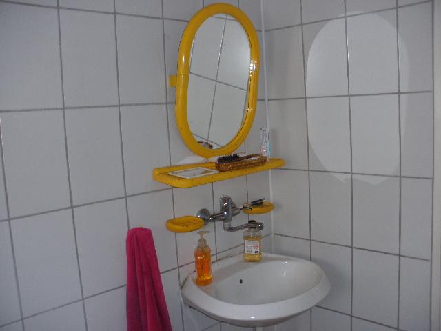 מראה בחדר האמבטיה