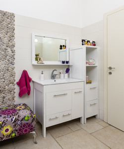 ספסל צבעוני במקלחת